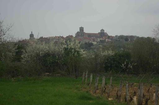 Vézelay : vue d'ensemble de la ville par un matin brumeux…