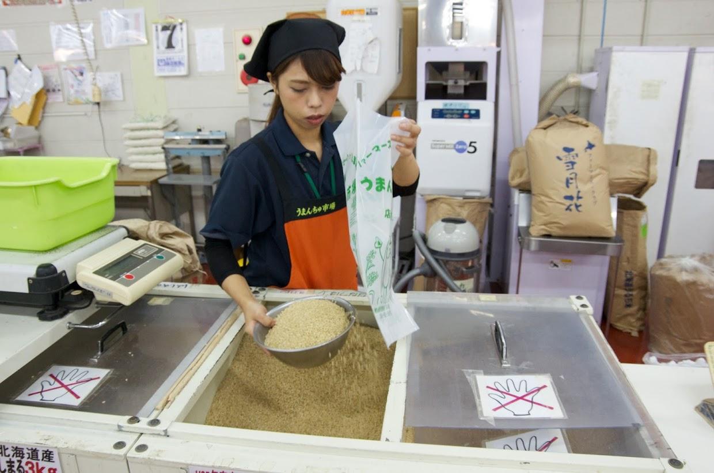 その場で玄米を精米してくれるサービスコーナー@うまんちゅ市場