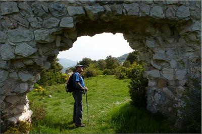 Ancha muralla de acceso a la ermita