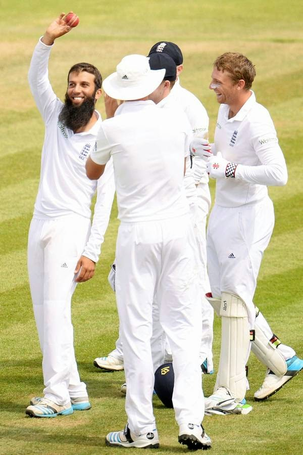 England's Moeen Ali (L) acknowledges the crowd by holding the ball after taking his fifth wicket during the third cricket test match against India at the Rose Bowl cricket ground, Southampton, in England.