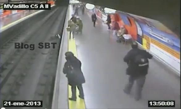 wanita jatuh ke landasan keretapi