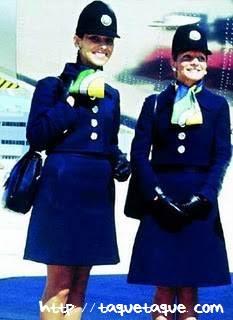 Azafatas de Iberia, con el uniforme diseñado por Elio Berhanyer