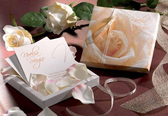Invitación para boda en caja con pétalos de rosa