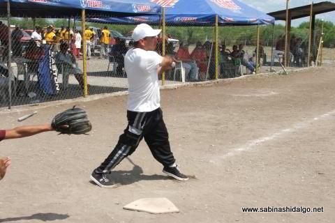 Omar Lucio bateando por Ex Amor SHH en el softbol del Club Sertoma