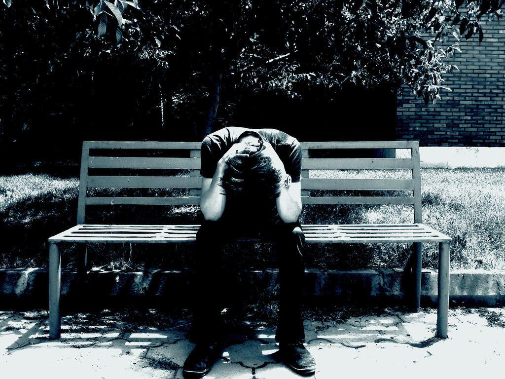Ảnh chàng trai ôm đầu buồn