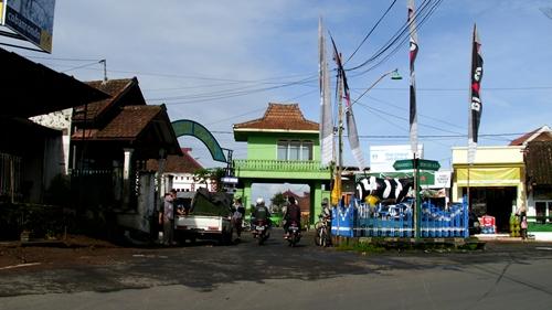 Rombongan diturunkan di Patung Sapi, Pujon yang terletak di Kabupaten Malang.