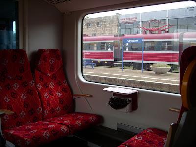 新しい列車の窓に映る古い列車