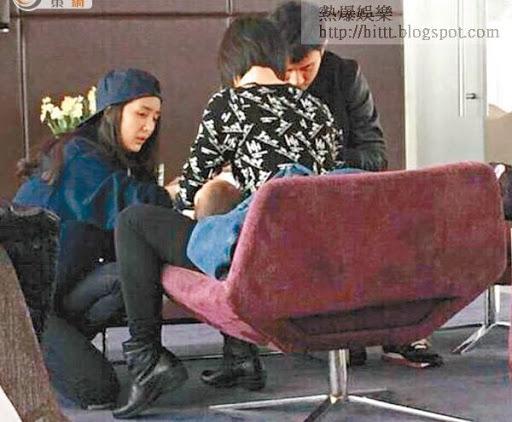 雖然有保母在場,但楊冪仍不顧「三十億姐」身份,跪地幫手為女兒換尿片,劉愷威亦在旁照顧。