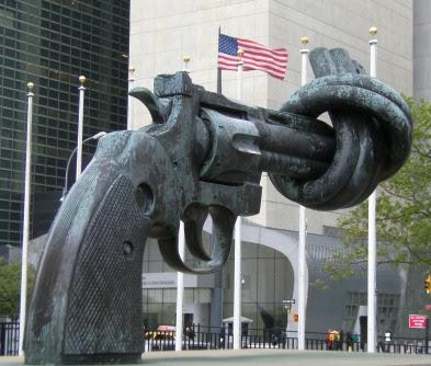 Skulptur Non-Violence des schwedischen Künstlers Carl Fredrik Reuterswärd vor der UNO und der amerikanischen UN-Vertretung in New York