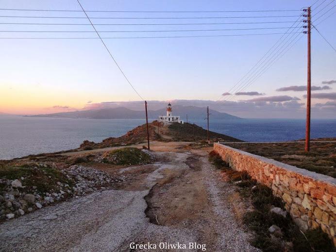Faros Armenistis na tle zachodzącego słońca