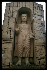 Na zdjęciu widoczna jest rzeźba Buddy, replika Buddy z doliny Bamjan w Afganistanie, która została zniszczona przez Talibów w 2001