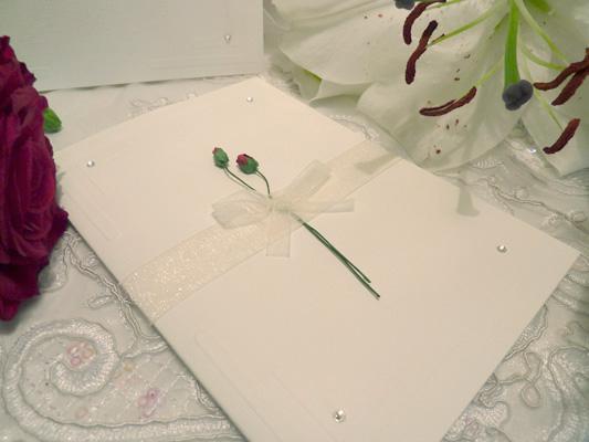 Invitación con flor natural para boda