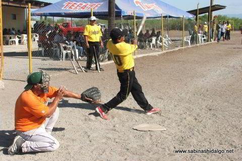 Antonio Lozano bateando por Agua y Drenaje en el softbol del Club Sertoma