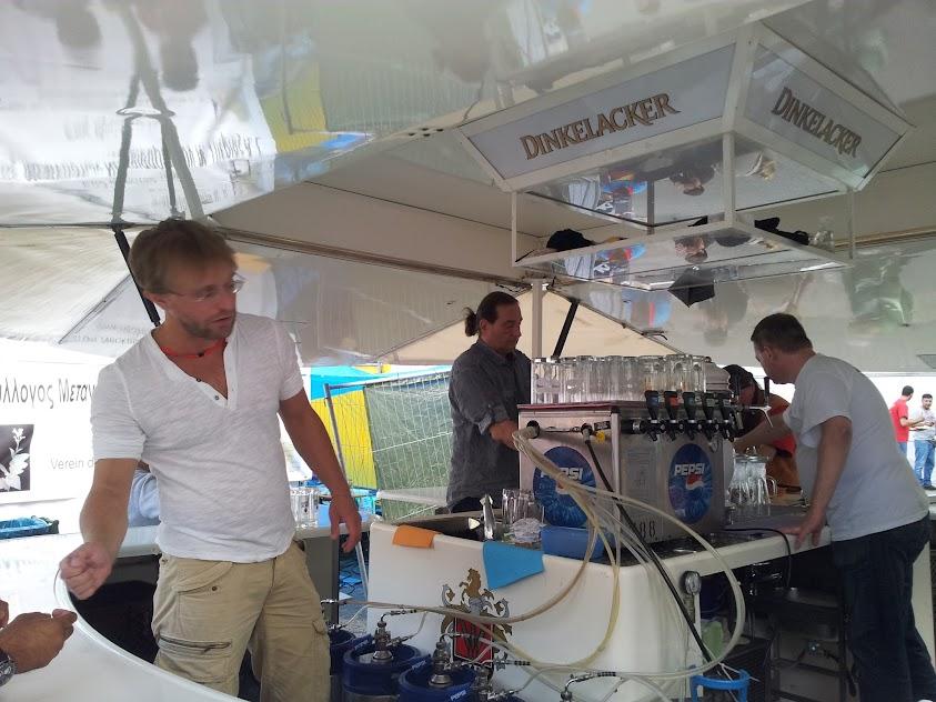 Bild vom Bierwagen mit Lars in Action an der Ausgabe