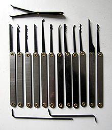 https://upload.wikimedia.org/wikipedia/commons/thumb/a/a0/Lockpicking-Set.jpg/220px-Lockpicking-Set.jpg