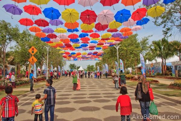 deko payung berwarna warni Floria Putrajaya 2014