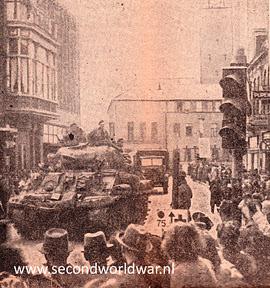 Haaksbergsestraat in Enschede 1 april 1945. Het gemeentehuis is zichtbaar op de achtergrond.