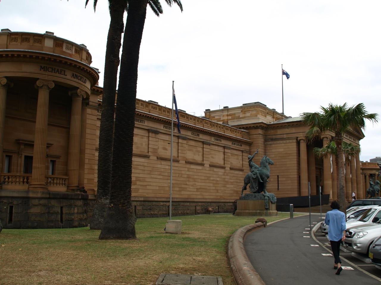 Kaupungissa asuu. Se on Australian neljänneksi suurin kaupunki Sydneyn, Melbournen ja Brisbanen jälkeen.