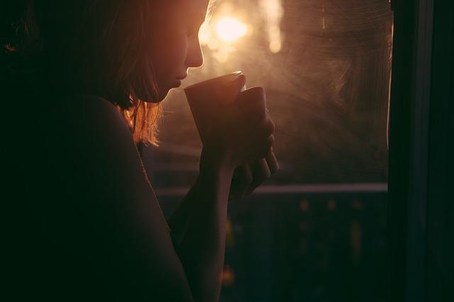 cô gái bên ly cà phê với chút buồn man mác