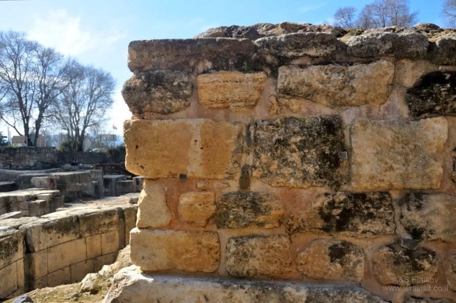 Способ укладки камней в древних еврейских строениях. Экскурсия на Голанские высоты. Гид Светлана Фиалкова.
