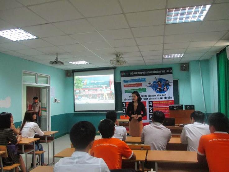 Sinh viên Cao đẳng thực hành FPT Polytechnic Tây Nguyên lắng nghe chia sẻ từ chị Nguyễn Thị Hồng chia sẻ trước vòng phỏng vấn.