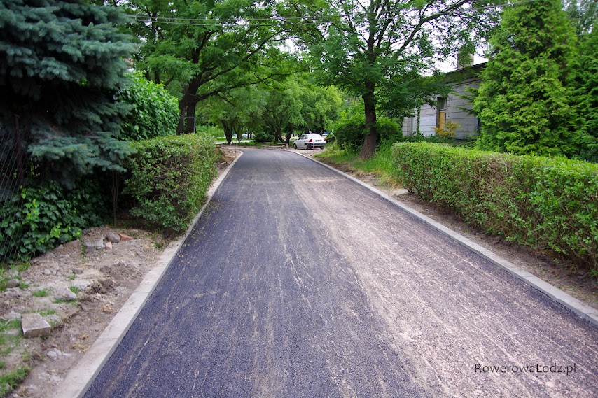 Szeroka rowerówka, chodnik i droga dojazdowa do posesji w jednym.