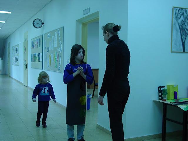 דנה ואמה האפרתי, עם רותי, במסדרונות בית הספר