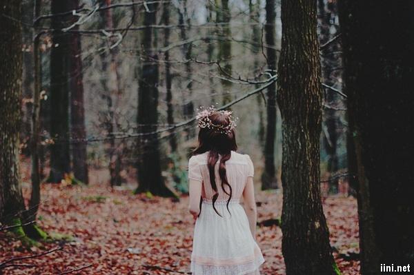 ảnh cô gái bước đi trong rừng thật tâm trạng