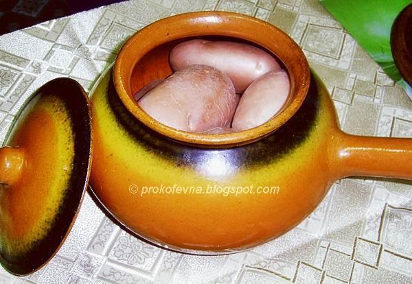 глиняный горшок с сырым картофелем