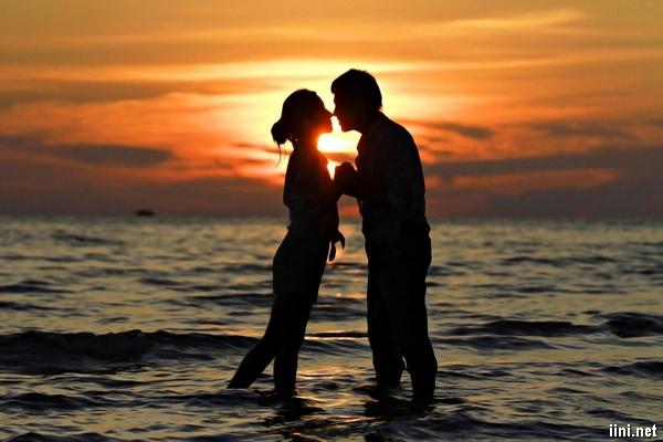 ảnh hôn nhau lãng mạn lúc chiều hoàng hôn