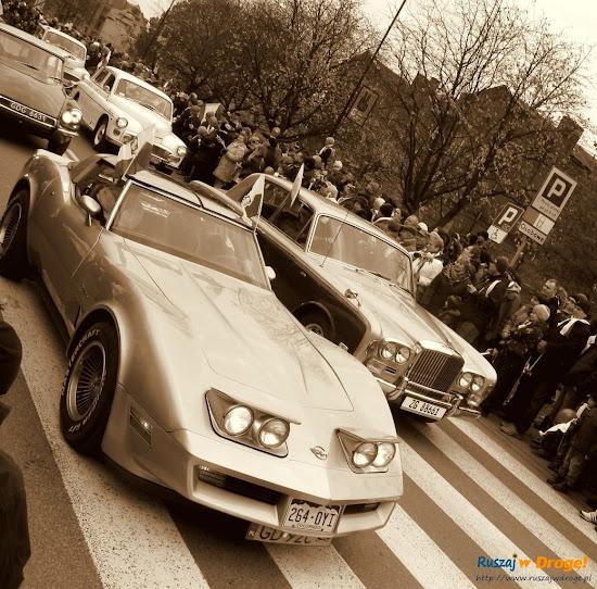 zabytkowe samochody na paradzie niepodległości