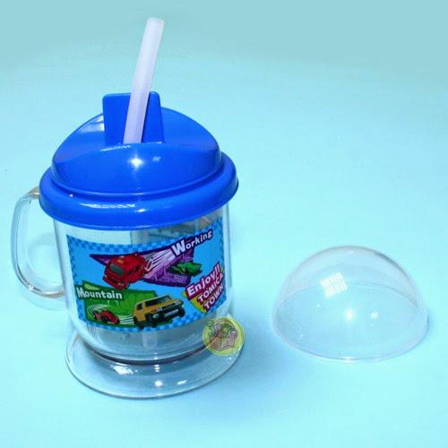 Bình uống Tomica đi kèm với ống hút làm từ chất liệu nhựa an toàn rất mềm mại