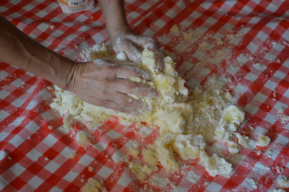 amasar patatas y harina