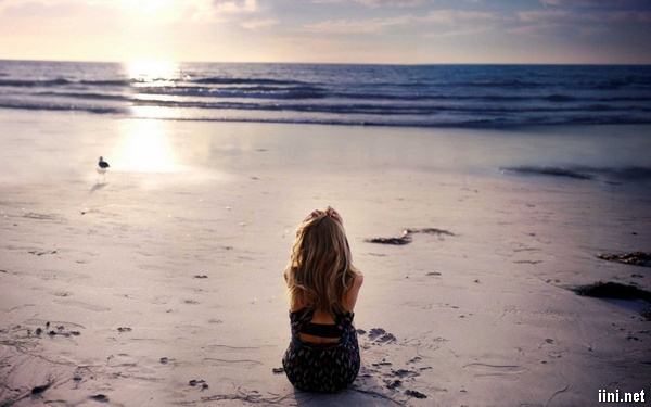 ảnh cô gái buồn trước biển