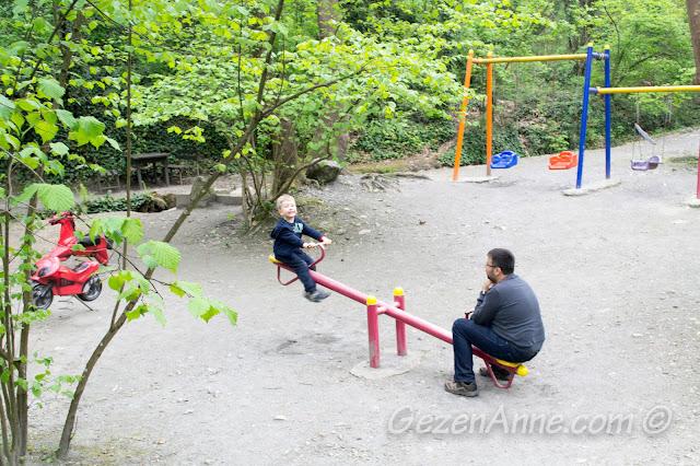 parkta oynayan oğlum, Maşukiye