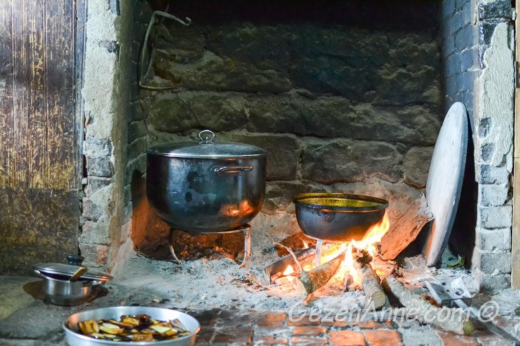 bir köy ocağında odun ateşi