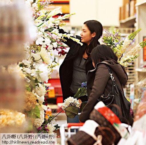 美國生活悠閒 <br><br>樂基兒今年年初返娘家三藩市叉電,在當地生活非常悠閒,最愛行超市買日用品,閒時亦會到花店揀花,生活非常 hea。