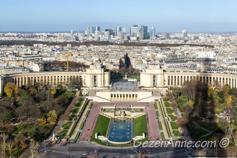 Eiffel kulesinden Trocadero ve modern Paris manzarası