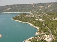 Route du bord du lac vue depuis l'entrée des gorges