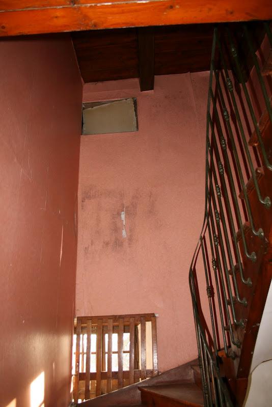 Murs de l'escalier du Manoir du Grail à Devesset encore avec leur papier peint où on distingue des traces sous-jacentes de moisissure
