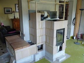 Habillage de poêle de masse plaques de chamotte (briques et dalles réfractaires).