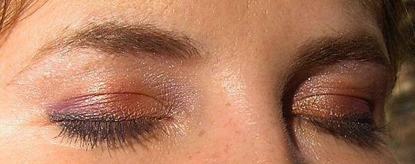Глаза в макияже в оранжево-фиолетовых тонах