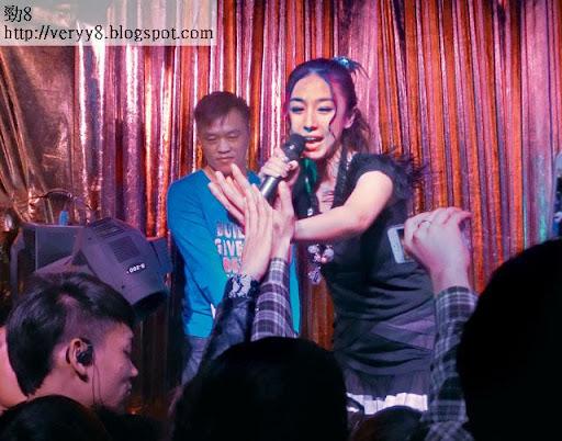 熱情握手 <br><br>上周五( 1日)晚,賈曉晨( JJ)到江門一夜店獻唱。雖然現場冇人聽到她唱甚麼,但兩杯到肚的男士們,依然當她女神,蜂擁上前與她握手。