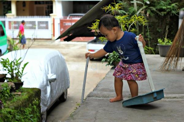 Balita Membantu Menyapu Rumah