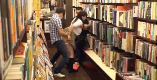 Hiếp dâm nữ sinh trong thư viện