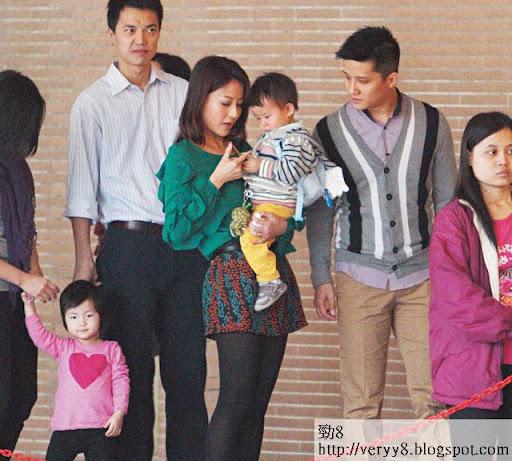 本月初,陳倩揚同老公,抱住囝囝,與八十多位家長到名校樂基幼兒圈排隊面試。