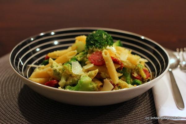 Penne mit Brokkoli-Pistazien-Pesto und Chorizo