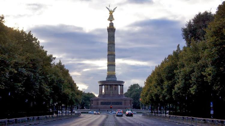 https://lh4.googleusercontent.com/-yOJBBNFiJi0/UlKIp5rKlNI/AAAAAAAACR8/OM8RGqZRAfk/s750/Berlin_Siegess%25C3%25A4ule.JPG