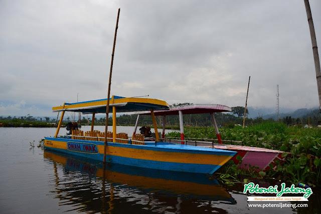 Salah satu perahu motor sewa untuk penjelajahan rute wahana air