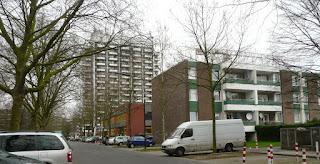Wohnblocks mit Bäumen.